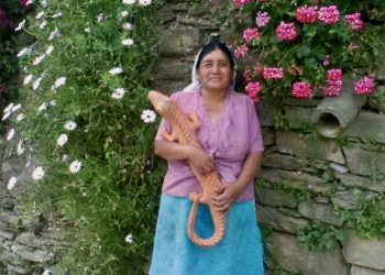 Leonela and her ceramic lizard