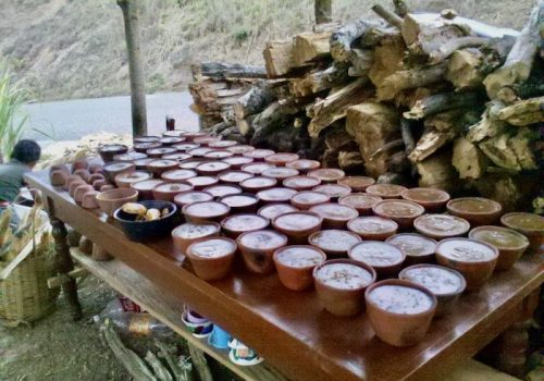 Panela cools in pottery molds